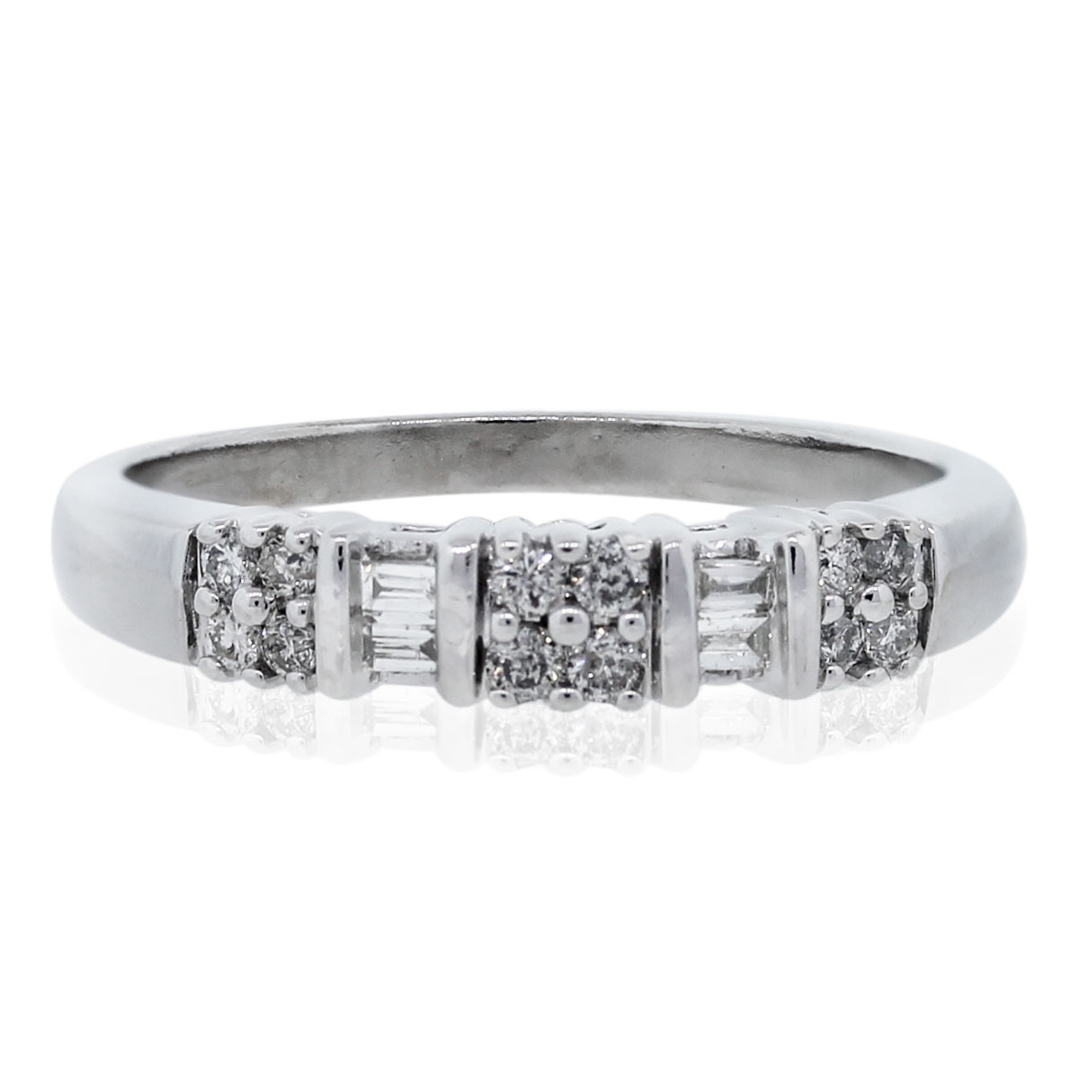 10kt White Gold Round Brilliant & Baguette Diamond Ring