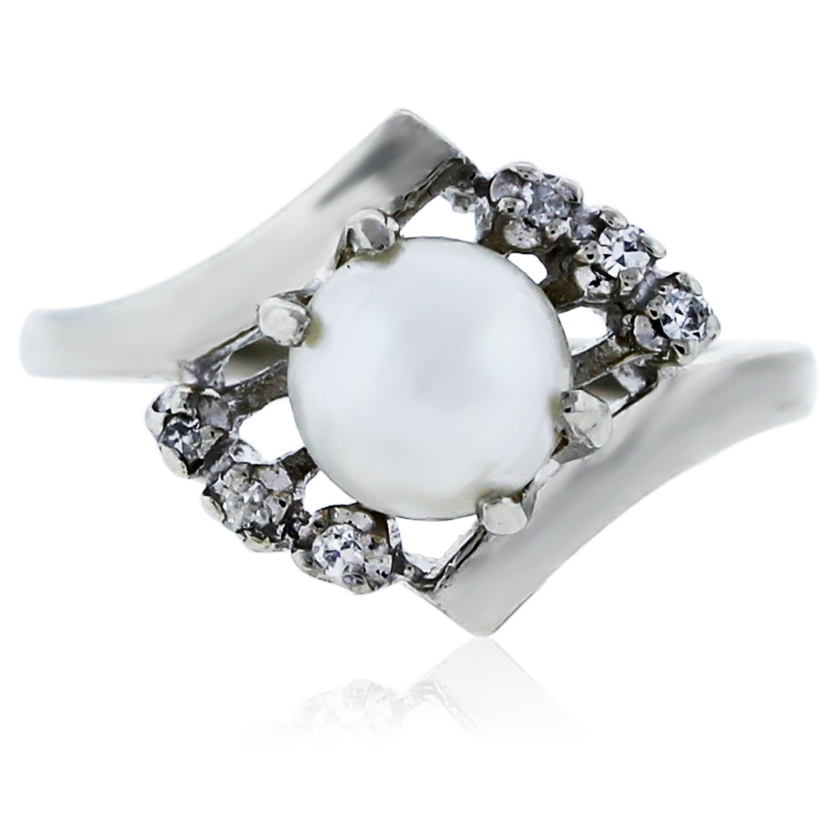 You are viewing this white gold diamond pearl ring!